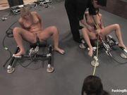 Три красивые девушки испытывают оргазм со сквиртом от траха секс машин