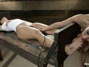 Девушка бьет свою подругу по сиськам, дрочит ей клитор, а затем устраивает электро секс