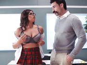 Развратница в униформе выкатила большие сиськи перед преподавателем