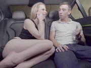 Классное возбуждающее порно видео онлайн с молоденькой блондинкой в машине