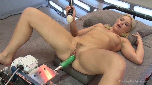 Бурный оргазм от сэксмашины