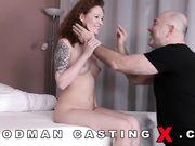 Татуированная девушка проходит порно кастинг у Вудмана