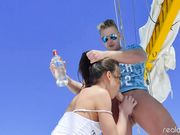 Русские парни и девушки устроили горячую оргию в море на яхте