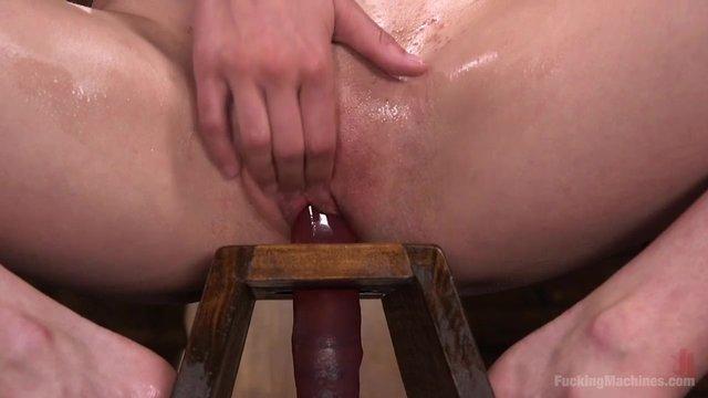 Молодая девушка и секс машина видео