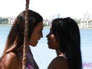 Две молодые лесбиянки занялись сексом на пляже