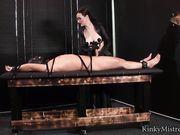 Зрелая женщина дрочит связанному мужику член, используя электросекс