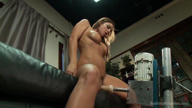 Девушки занимаются сексом с секс вибраторами
