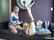 Блондинки лесбиянки с удовольствием лижут киски друг другу