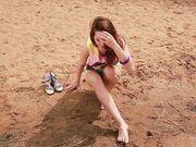 Молодая девушка полностью разделась у реки