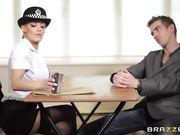 Грудастая блондинка в полицейской форме трахается с парнем во время допроса