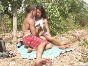 Красивое порно секса с молодой загорелой девушкой в саду