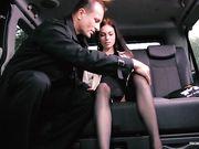 Arwen Gold занялась сексом с шофером на заднем сиденье авто