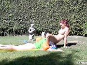 Monique Alexander трахается с молодым парнем на газоне под струями воды