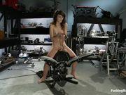 Ivy Brook расслабляется с секс машиной в мастерской
