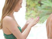 Блондинка в зеленых трусиках делает массаж голыми сиськами в масле