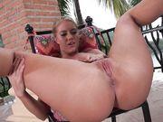 Candice Dare высоко задирает загорелые ноги и гладит пальчиками половые губы