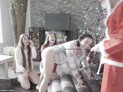 Caprice с двумя подружками устроили новогодний групповой секс