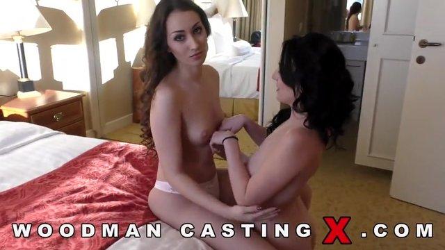 Симпатичная девушка на кастинге вудмана занимается сексом