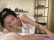Canela Skin делает массаж своим загорелым телом в масле