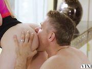 Страстная Ivy Wolfe бурно кончает несколько раз от страстного секса