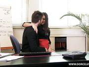 Секретарша в красной юбке трахнула молодого начальника