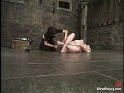 Lorelei Lee связанная по рукам и ногам чувствует электро фаллос в вагине