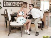 Развратная женушка соблазнила мастера, пока муж был на куххне