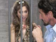 Riley Reid соблазнила тюремного охранника в камере