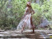 Cherie Deville показывает супер эротику в лесу
