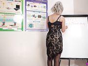 Блондиночка Dolly устроила стриптиз в офисе во время призентации