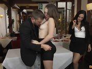 Парень устроил своей девушке секс втроем с официанткой в кафе