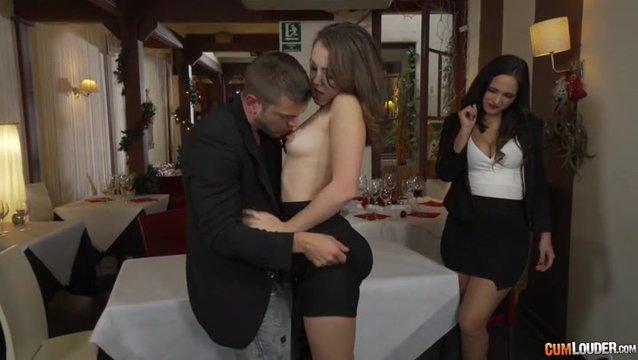 Секс Втроем В Кафе