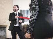 Злой мужик порет наглую женщину и доводит её до струйного оргазма
