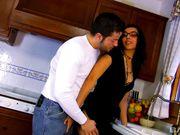 Муж не дал жене помыть посуду и трахнул ее на кухонном полу