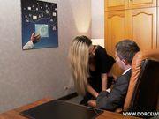 Светловолосая секретарша трахается с шефом на столе в кабинете