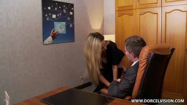 video-sekretarsha-pod-stolom-vstavila-palchik-sebe-v-popku