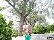 Поймал блондинку в розовом купальнике и трахнул ее в кустах