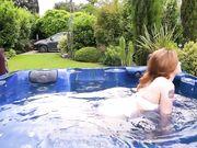 Прелестные женщины занимаются однополой любовью в джакузи