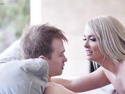 Красивая светловолосая женщина занимается анальным сексом с молодым парнем