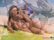 Толстушка Arianna занимается сексом в море