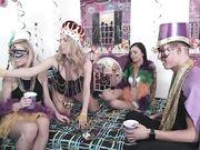 Молодежная вечеринка продолжилась развратным сексом