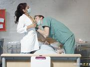 Молодой врач трахает медсестру большим членом в палате