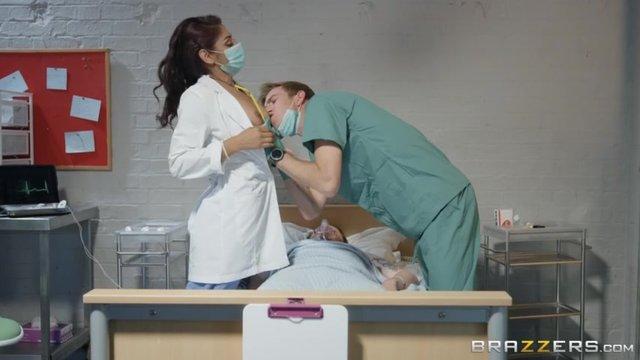 Две медсестры трахают одного пациента