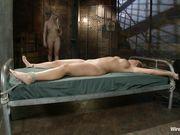 Lorelei Lee наказывает привязанную к кровати Mellanie Monroe