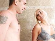 Мастурбирует член парню в ванной комнате