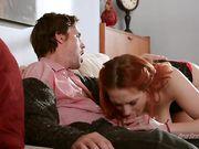 Трахает рыжую любовницу с обвисшими натуральными сиськами