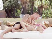 Молодой мужчина нежно ласкает блондинку Nancey под пальмами