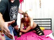Блондинка вся в металлических украшениях трахается на широкой кровати
