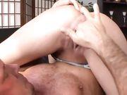 Мужчина сунул пальцы в киску и девка брызжет сквиртом ему в лицо
