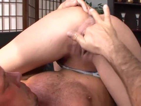 Мужчина ласкает пальцем киску #1